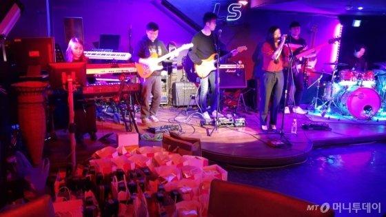 11월 30일 신사역 'S트레인'에서 열린 M터치 문화송년회에서 직장인밴드 '그림'이 펑크음악 공연을 펼치고 있다/사진제공=M터치