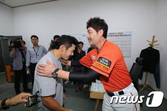 이용규(왼쪽)와 한용덕 한화 감독. /사진=뉴스1