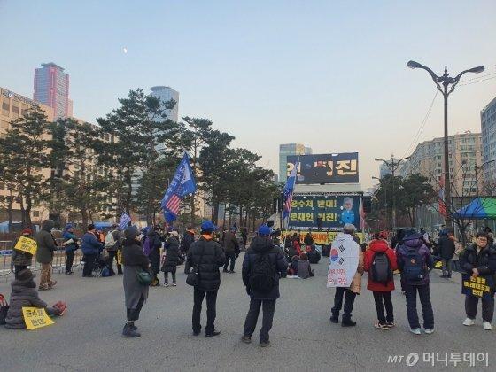 5일 오후 4시30분쯤 공수처설치에 반대하는 보수집회 참가자들의 사진/ 사진=정경훈 기자