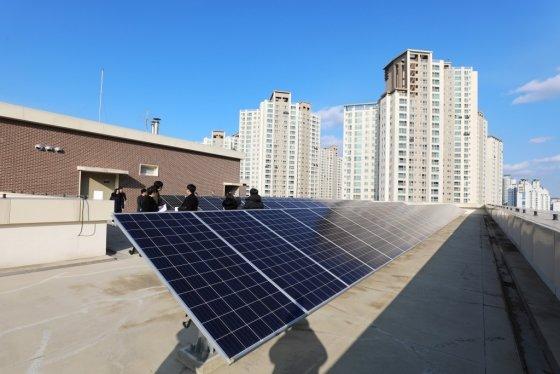 아산중앙도서관 옥상에 태양광 전지판이 설치된 모습/사진= 국토교통부