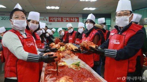 LG전자가 지난 6일 서울 영등포구 일대에 거주하는 쪽방촌 500여 가구를 대상으로 임직원들이 직접 담근 김치와 각종 반찬 등 5,200kg 가량을 전달했다. 사진은 LG전자 임직원들이 봉사활동하는 모습. /사진제공=LG전자