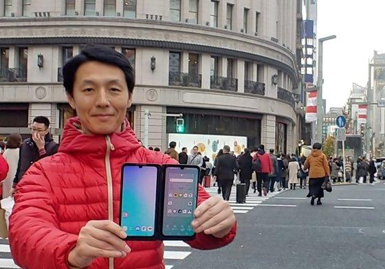 LG전자가 프리미엄 스마트폰 LG G8X ThinQ를 일본 시장에 출시했다. LG전자 일본법인 직원이 일본 도쿄의 번화가 '긴자(Ginza)' 거리에서 LG G8X ThinQ를 소개하고 있다./사진=LG전자