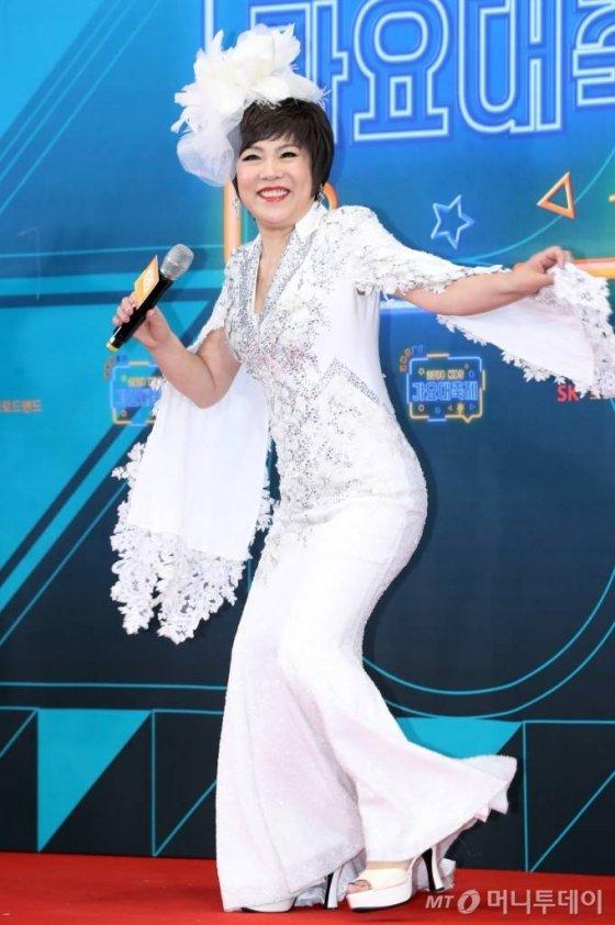 가수 김연자가 28일 오후 서울 여의도 KBS에서 열린 '2018 가요대축제'에 참석해 포즈를 취하고 있다. / 사진=이기범 기자 leekb@
