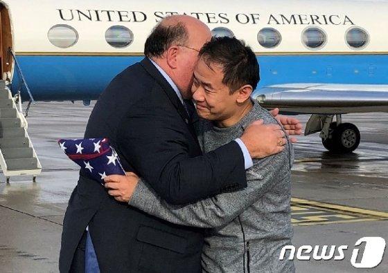 왕시웨 프린스턴대 연구원과 에드워드 맥멀런 주독일 미국 대사. © AFP=뉴스1