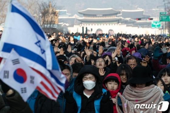 [사진] 기도하는 전국교회 주일연합예배 참석자들