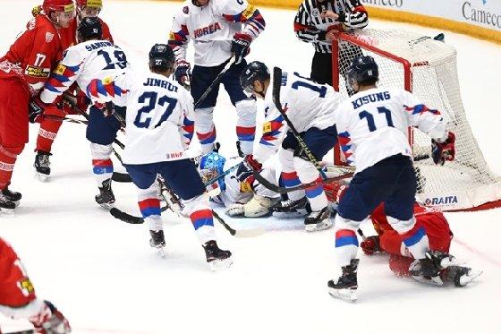 남자 아이스하키 대표팀이 9일 헝가리로 출국해 2019 유로아이스하키챌린지에 참가한다. 사진은 지난 5월 아이스하키 세계선수권 벨라루스전 당시 대표팀 모습. /사진=대한아이스하키협회 제공<br /> <br />