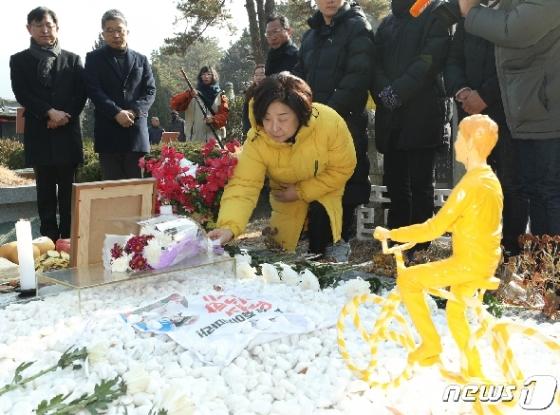 [사진] 헌화하는 심상정 대표
