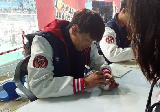 SK 김광현이 팬사인회에서 사인을 해주고 있다./사진=심혜진 기자