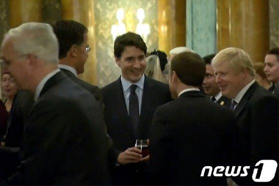 영국 런던에서 열린 북대서양조약기구(나토) 정상회의 만찬에서 저스틴 트뤼도 캐나다 총리와 보리스 존슨 영국 총리, 에마뉘엘 마크롱 프랑스 대통령 등이 사담을 나누는 영상이 보도됐다. © AFP=뉴스1