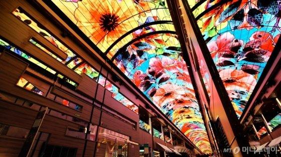 세계에서 6번째로 큰 초대형 크루즈선 '그란디오사' 호 내부 갤러리아 천장에 설치된 삼성전자 초대형 스마트 LED 사이니지/사진제공=삼성전자