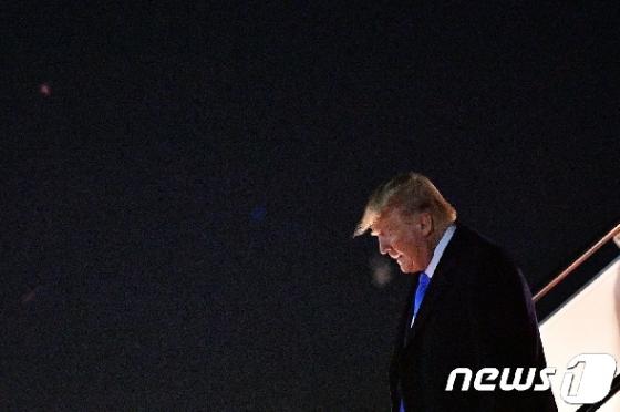 [사진] 앤드루스 공군기지 도착한 트럼프