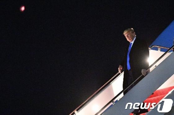 [사진] 달빛 아래 전용기 내리는 트럼프 대통령