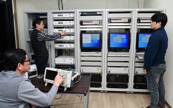 표준연 시간표준센터 연구진이 국가표준시보 신호생성기를 점검하고 있다/사진=표준연