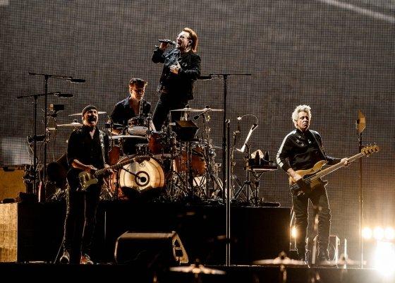 8일 고척스카이돔에서 43년만에 첫 내한무대에 오른 세계적인 그룹 U2. /사진제공=라이브네이션코리아