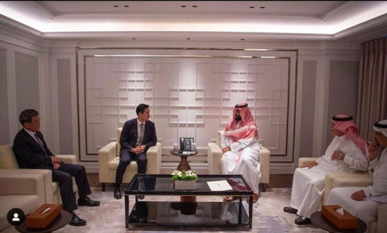 지난 6월말 방한한 무함마드 빈 살만 사우디아라비아 왕세자 겸 부총리(좌석 오른쪽)가 정기선 현대중공업 부사장(왼쪽)과 단독면담하는 모습/사진=사우디 외교부 SNS