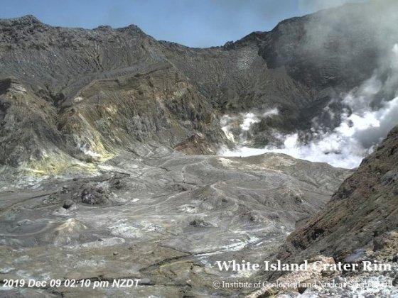 뉴질랜드 북섬 동해안에 있는 화이트아일랜드에서 하얀 화산재 기둥이 치솟고 있다.  /사진=로이터