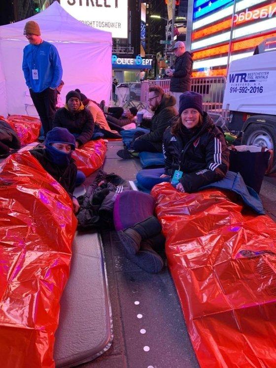 7일(현지시간) 맨해튼 타임스스퀘어에서 노숙체험을 하고 있는 아데나 프리드만 나스닥 최고경영자(오른쪽). /사진=아데나 프리드만 SNS