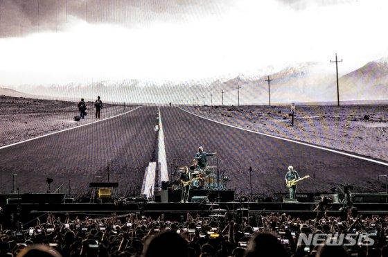[서울=뉴시스]최진석 기자 = 록밴드 유투(U2)가 8일 오후 서울 고척스카이돔에서 열린 첫 내한공연에서 멋진 무대를 선보이고 있다. (사진=라이브네이션 코리아 제공) 2019.12.08.    photo@newsis.com