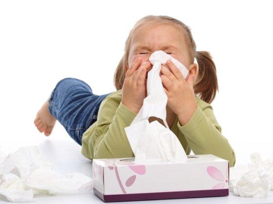 재채기나 기침을 할 땐 사진처럼 휴지로 입과 코를 가리는 예절을 지키는 것이 좋다./사진=이미지투데이