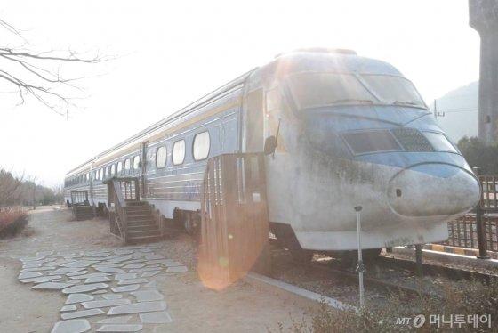 폐차가 된 KTX차량을 활용한 KTX카페는 화본마을을 찾는 관광객들이 즐겨찾는 쉼터다. / 사진=정혁수