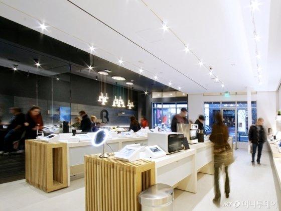 베타 매장에는 시연해 볼 수 있는 물건과 그 물건의 가격비교, 상세설명을 볼 수 있는 아이패드가 놓여져있다./사진=베타
