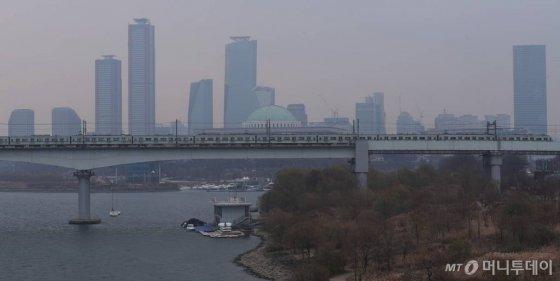 전국 대부분 지역의 미세먼지 농도가 '나쁨' 수준을 보인 지난 9일 오후 서울 마포구 양화대교 남단에서 바라본 도심이 뿌옇게 보이고 있다. / 사진=김휘선 기자
