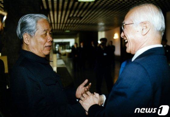 대우그룹이 베트남 진출을 본격화하던 1990년대 당시 공산당 서기장 도 므어이(왼쪽)를 만나 반갑게 웃고 있는 김우중 전 대우그룹 회장./사진=뉴스1