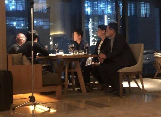 정의선 수석부회장이 HPO 공연 후 단원들과 식사를 하며 대화를 나누고 있다./사진제공=인스타그램 junan.kim 캡처