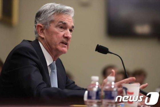 """(워싱턴 AFP=뉴스1) 우동명 기자 = 제롬 파월 연방준비제도(Fed) 의장이 지난 14일(현지시간) 워싱턴 하원 예산위원회에 출석해 발언을 하고 있다. 파월 의장은 이날 """"오늘날 미국 경제는 스타 경제이다. 경기 침체의 확률이 높아졌다고 생각할 이유가 없다""""며 미국 경제에 대한 낙관론을 거듭 피력했다.  © AFP=뉴스1  <저작권자 © 뉴스1코리아, 무단전재 및 재배포 금지>"""