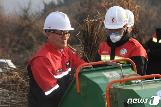 [사진] 김재현 산림청장, 농업잔재물 파쇄 작업 참여