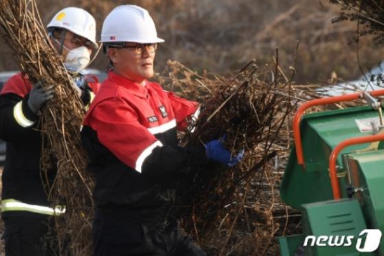 [사진] 농업잔재물 수거 작업 참여한 김재현 산림청장
