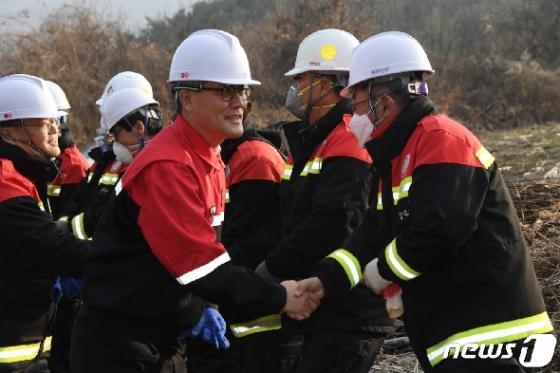 [사진] 산불전문예방진화 대원들 격려하는 김재현 산림청장