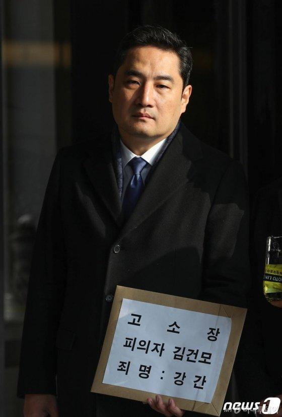 김건모의 성폭행 의혹을 제기한 강용석 변호사가 9일 이 사건과 관련, 서울중앙지검에 고소장을 접수했다. 접수에 앞서 포토라인에 선 모습./사진=뉴스1<br>