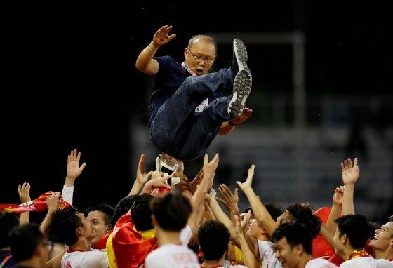 박항서 감독이 이끄는 베트남 22세 이하(U-22) 축구대표팀이 10일(한국시간) 필리핀 마닐라에서 열린 2019 동남아시안(SEA) 게임 결승전에서 인도네시아를 상대로 3-0으로 이기고 우승했다./사진=로이터