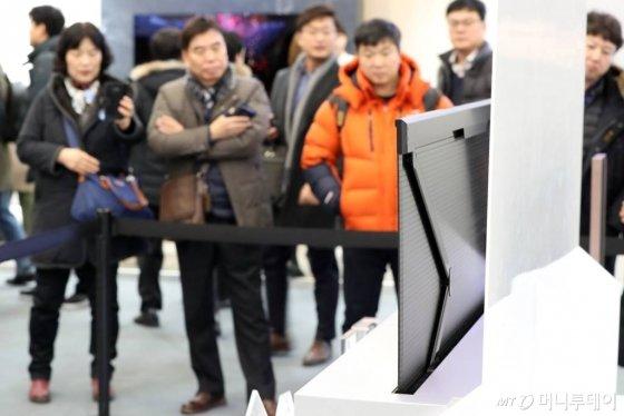 지난 1월 서울 중구 동대문디자인플라자에서 열린 '한국 전자IT산업융합 전시회' LG전자 부스에서 관람객들이 롤러블 TV를 관람하고 있다. /사진=이기범 기자