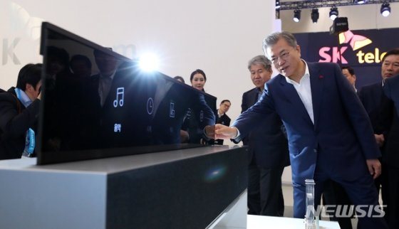 문재인 대통령이 지난 1월 서울 동대문디자인플라자에서 열린 한국 전자 IT산업 융합 전시회에서 LG전자 롤러블 TV를 살펴보고 있다. /사진=뉴시스