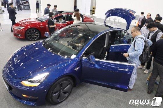 지난 10월17일 대구 북구 엑스코(EXCO)에서 개막한 '대구 국제 미래자동차 엑스포(DIFA) 2019'를 찾은 시민들이 테슬라의 보급형 전기차 '모델 3'를 살펴보고 있다. 기사 내용과 사진은 무관함. /사진=뉴스1