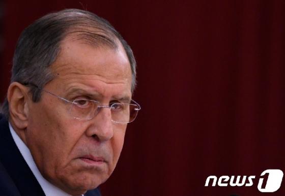[사진] 러 대사관서 기자회견하는 라브로프 외무