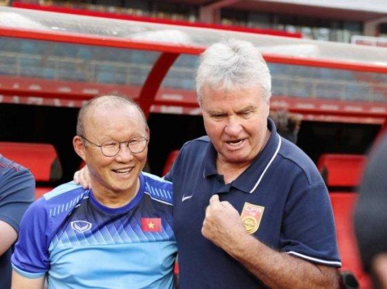 '쌀딩크' 박항서(60·왼쪽) 감독이 이끄는 베트남 22세 이하(U-22) 축구대표팀이 8일 중국 우한에서 중국 U-22 대표팀과의 경기를 앞두고 거스 히딩크 감독과 만나 환하게 웃고 있다. 둘은 2002 한일월드컵에서 한국의 4강 신화를 이끌었다. 히딩크 감독이 감독, 박 감독이 수석코치였다./사진=뉴시스