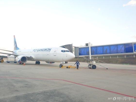 양양공항을 거점으로 지난달 22일부터 운항하는 플라이강원 소속 여객기. /사진제공=한국공항공사