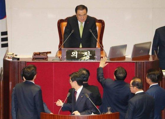 [ 자유한국당 의원들이 10일 서울 여의도 국회 본회의에서 2020년 예산안 통과 반대를 외치며 문희상 의장에게 항의하고 있다. / 사진 = 뉴시스