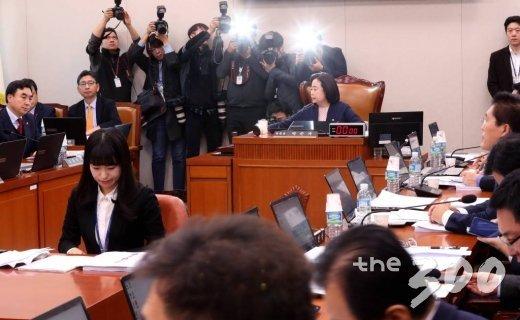 박순자 국회 국토교통위원장이 6일 오전 서울 여의도 국회에서 열린 국토위 전체회의에서 여객자동차 운수사업법 일부개정법률안 등 안건을 의결하고 있다. / 사진=홍봉진 기자 honggga@