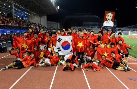 동남아시아(SEA) 남자축구 결승전에서 우승한 후 기념사진을 찍는 박항서 감독과 베트남 축구대표팀. /사진=AFP