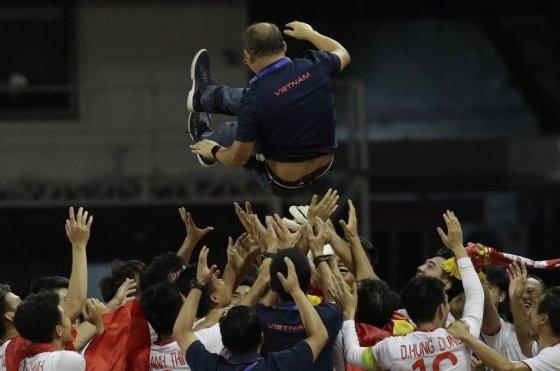베트남 축구 대표팀이 10일(현지시간) 필리핀 마닐라의 리잘 메모리얼 스타디움에서 열린 2019 동남아시안(SEA) 게임 남자 축구 결승에서 우승하며 박항서 감독을 헹가래 치고 있다. 베트남은 결승전에서 인도네시아를 3-0으로 물리치고 60년 만에 이 대회 정상에 올랐다./사진=뉴시스