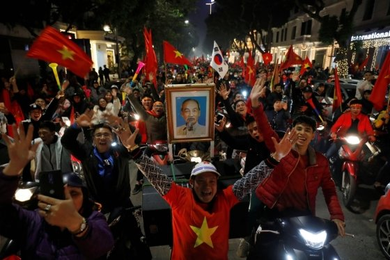 거리응원을 하는 베트남 축구팬들. /사진=로이터