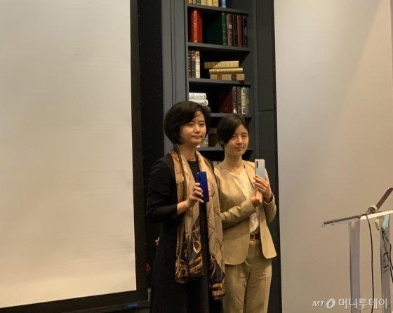 12일 서울 강남구 아남타워에서 열린 간담회에서 정승희 지모비코리아 대표(왼쪽)와 버즈니아 수 샤오미 글로벌 PR담당이 '홍미노트8T'를 들고 기념사진을 촬영하고 있다.