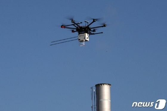 [사진] 굴뚝에서 나온 대기오염물질 포집하는 드론