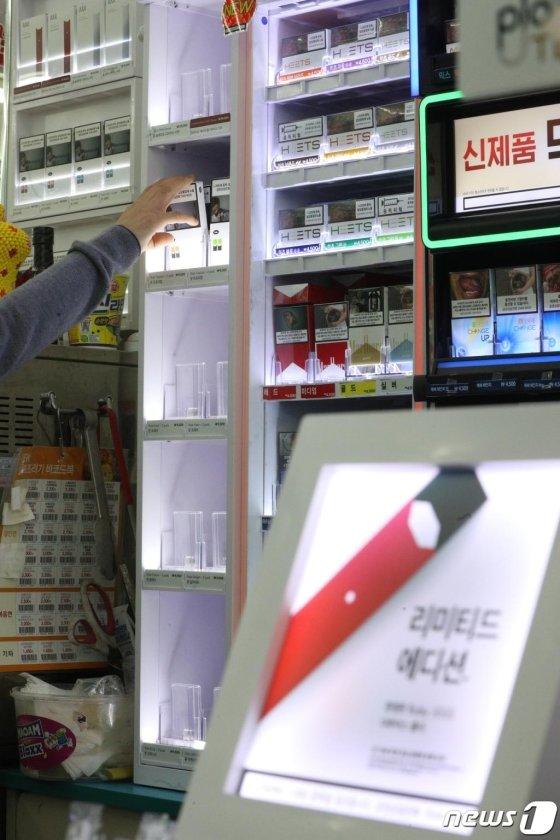 (서울=뉴스1) 신웅수 기자 = 24일 오후 서울 시내의 편의점 GS25 매장에서 점원이 쥴(JUUL) 가향 액상 전자담배를 수거하고 있다.  GS25는 보건복지부가 액상 전자의 담배 사용 중단을 권고한 데 따라 향이 가미된 JUUL의 트로피칼과 딜라이트, 크리스프 3종과 KT&G의 시트툰드라 1종을 판매하지 않기로 했다. 2019.10.24/뉴스1  <저작권자 © 뉴스1코리아, 무단전재 및 재배포 금지>