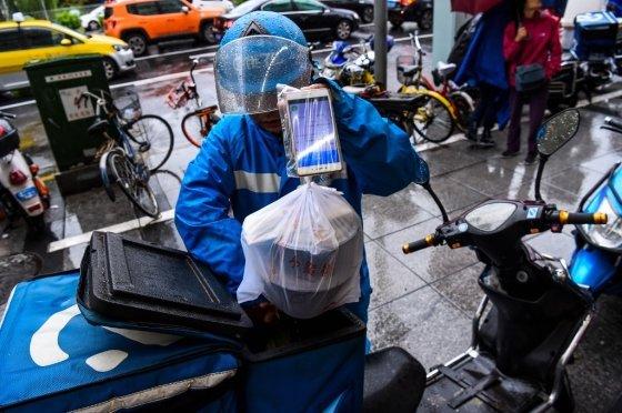 비오는 날씨에 배달을 하는 배달원. /AFPBBNews=뉴스1