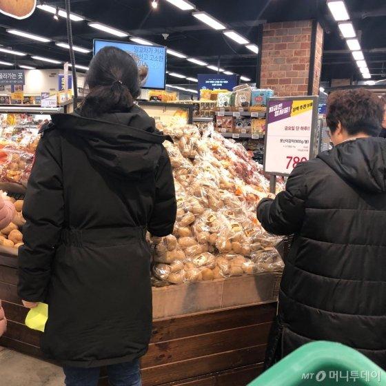 /사진=이마트 마포점에서 '못난이 감자'를 구매하고 있는 소비자들의 모습/임지우 인턴기자